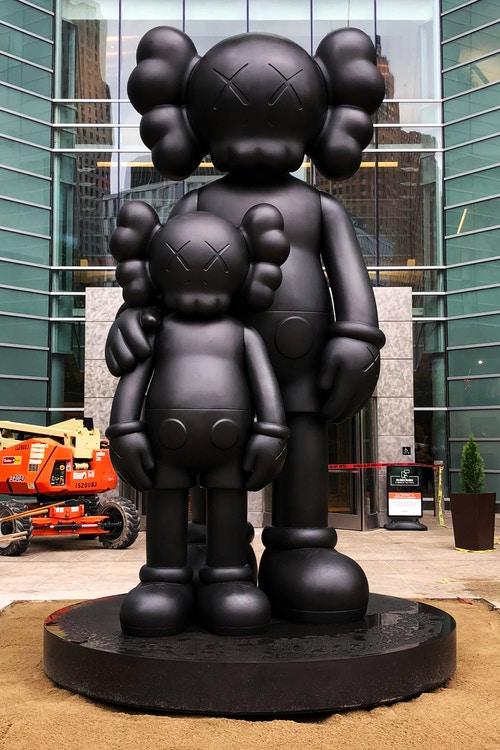 """KAWS mostra la sua nuova scultura """"Waiting"""""""